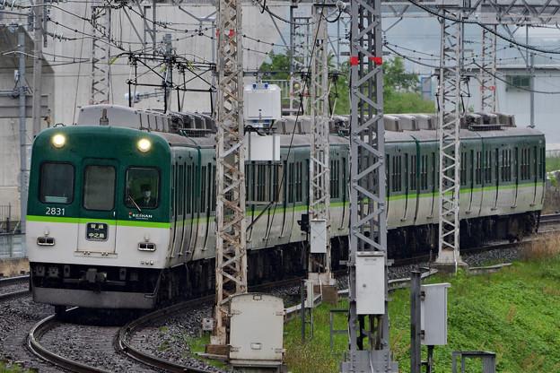 2021_0505_081637 堤防を駆け上がってくる電車