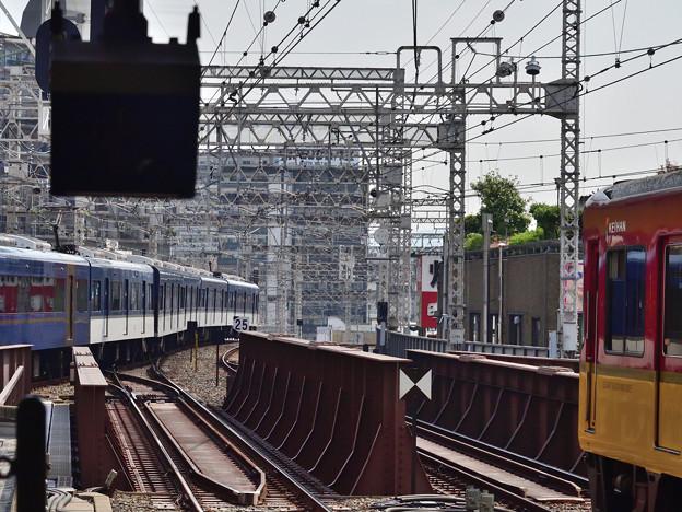 2021_0802_091845 京橋駅1番線を発着する快速特急