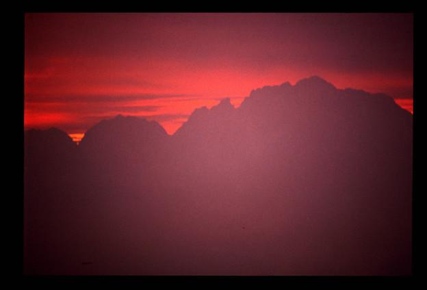 朝開けの立山