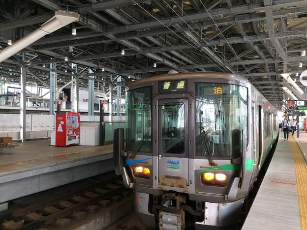 富山駅停車中の、あいの風とやま鉄道普通列車
