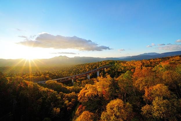 色づく三国峠の日の出