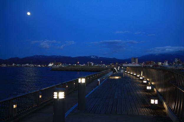月と新中央埠頭