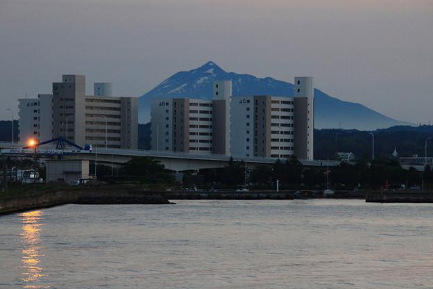 Photos: ビルと岩木山