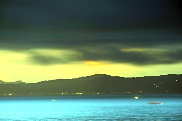 41 暗い雲と青い海
