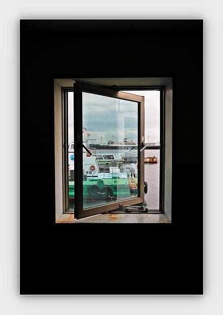 窓の氷川丸