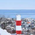 紋別公園・流氷展望台からの流氷遠景(写真左の建物は紋別市役所)