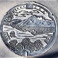 088-3292北海道川上郡弟子屈町のマンホール(摩周湖の図柄)