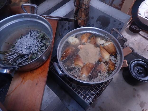 筍を茹で、茹で汁でワラビのアク抜き