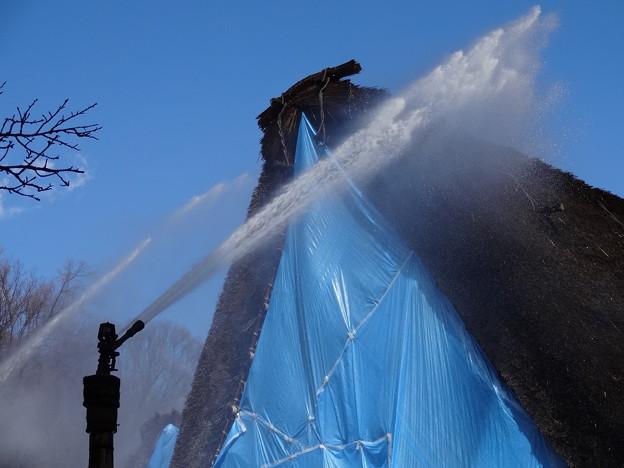 合掌造り民家への初期消防訓練 放水銃による消火
