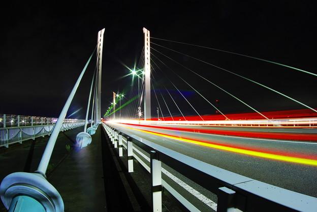 坂東大橋夜景(闇に吸い込まれる光)