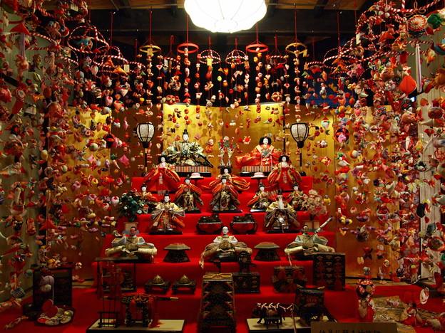 Photos: 雛壇を囲む雛のつるし飾り