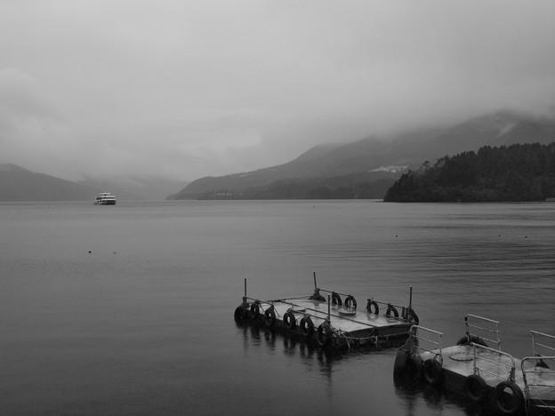 小雨降る芦ノ湖湖畔