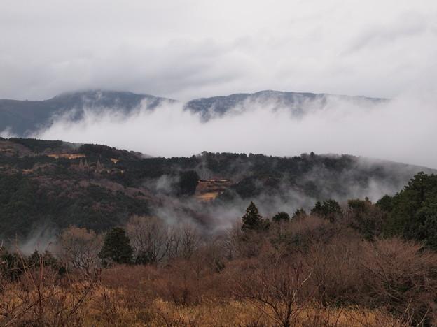 山肌を這う雲