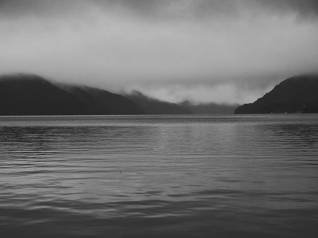 嵐の後の湖畔