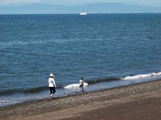ママと歩く波打ち際