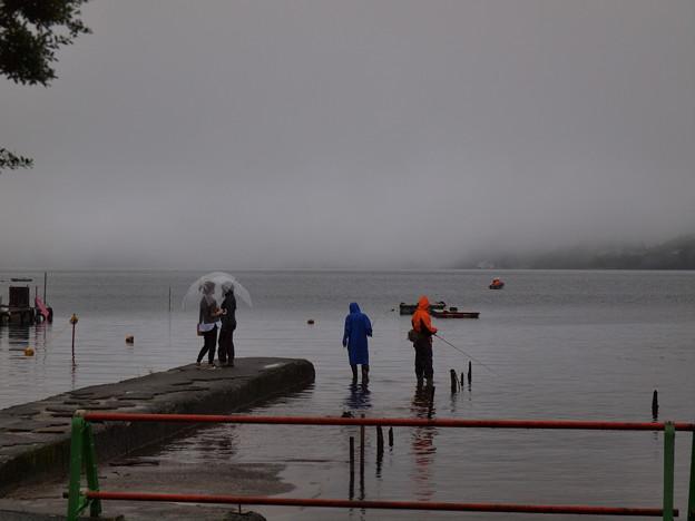雨の中の釣り人