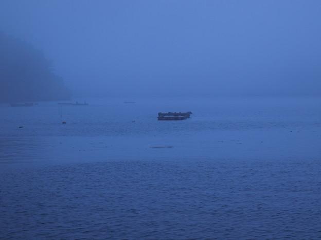 霧に覆われた湖畔