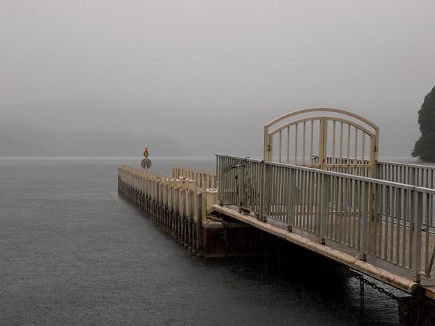 土砂降りな湖畔