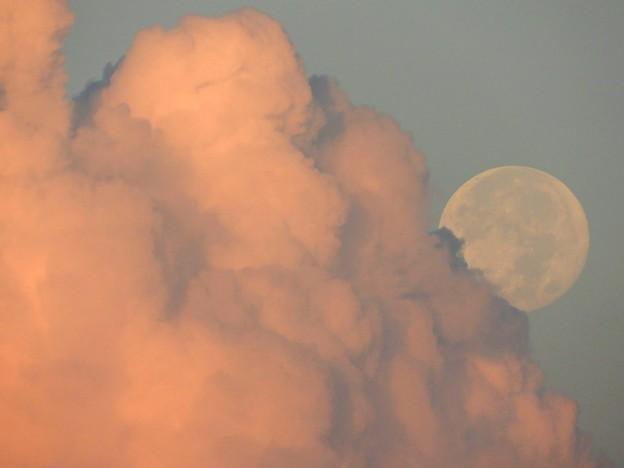 朝焼けの雲に沈む満月