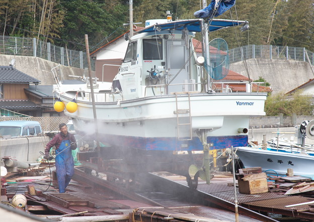 Photos: 西郷港の朝(34)船底船底洗掃