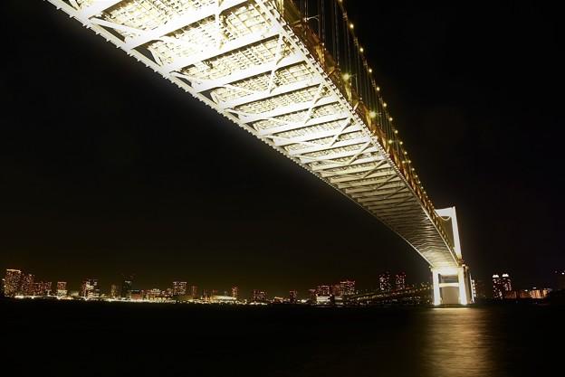白く光るレインボーブリッジ