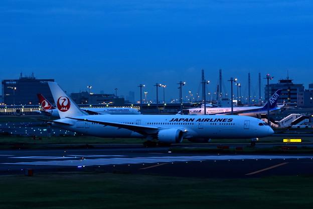 夕暮れの羽田空港