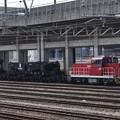 大物貨物シキ801を押し込む入換え機関車HD300-14