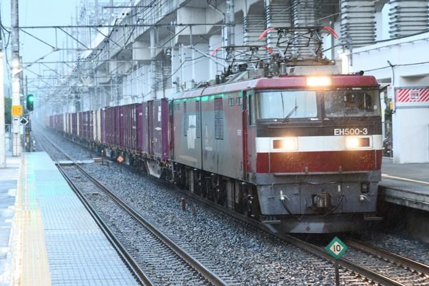 EH500-3牽引3058レ雨の石橋駅通過
