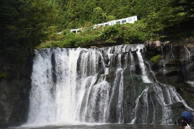 滝の上を行く烏山線ACCUM