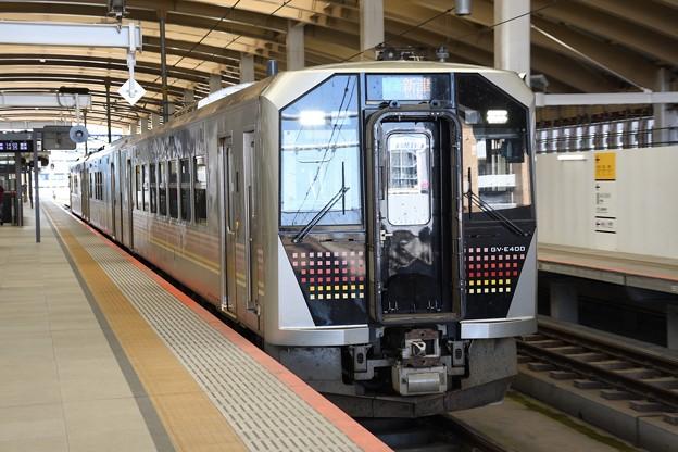 GV-E400系新津行き新潟駅高架ホーム発車
