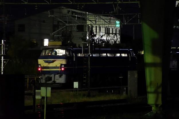 夜の貨物駅で出動待ちのニーナさん
