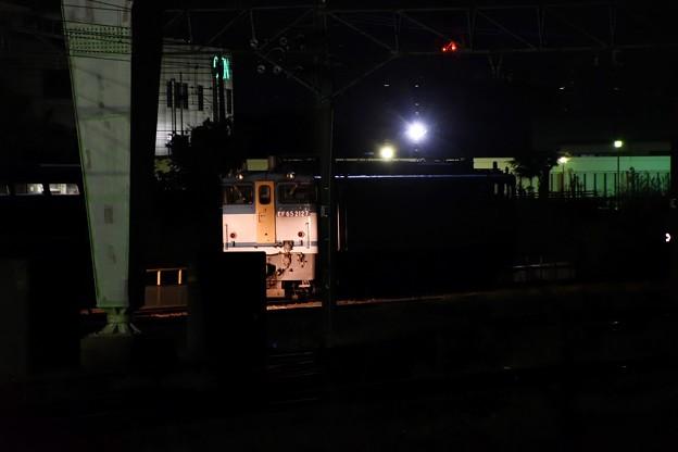 夜の貨物駅にカラシさん
