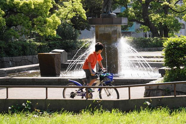 180504_54_噴水の前を・S18200・α60(公園) (16)