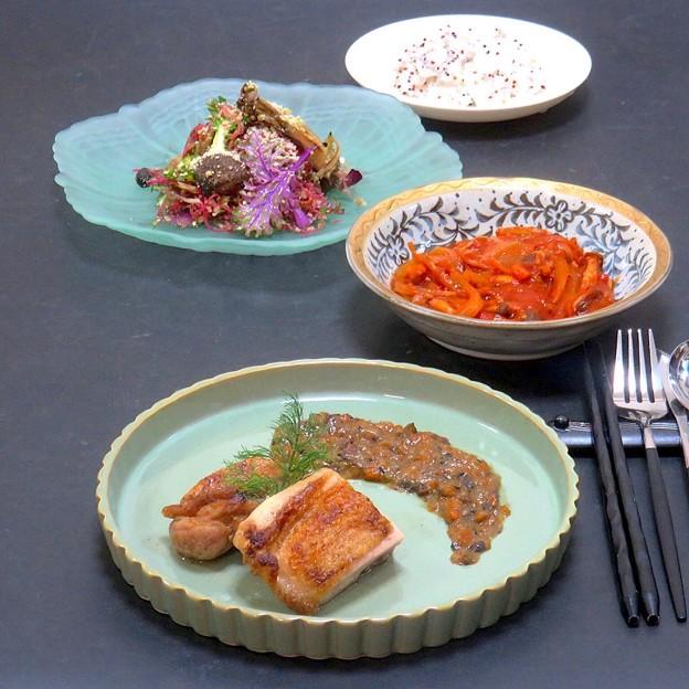 今晩は、鶏肉グリル ポルチーニソース、旬菜クスクスサラダ 春菊ソース、食べるミネストローネスープ、3色キヌアご飯