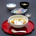 今晩は、鯛のとろろ蒸し、蟹と蓮根と茸の胡麻酢和え、蟹味噌、お揚げとわかめの味噌汁、ご飯