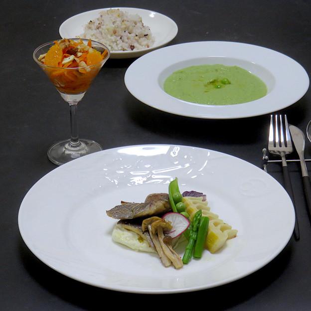 今晩は、イサキと旬菜のグリル ポテトチーズソース、オレンジキャロットラペ、絹さやのポタージュ、雑穀ご飯