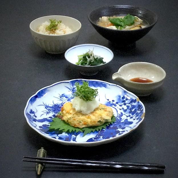 今晩は、香味野菜たっぷり鳥ハンバーグ、ほうれん草とお雑魚の二杯酢和え、そば米汁、筍ご飯
