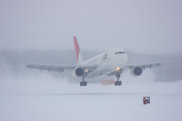 A300B-622R JA014D 吹雪の中 landing2011
