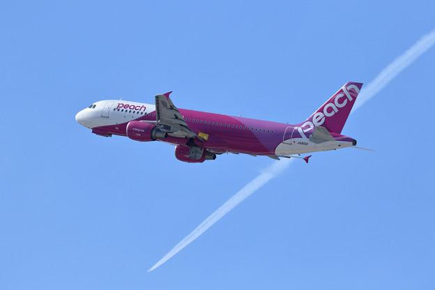 A320 JA815P Peach takeoff