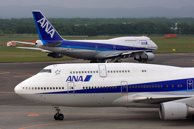 B747-481 JA8964と8965 ANA CTS 2008