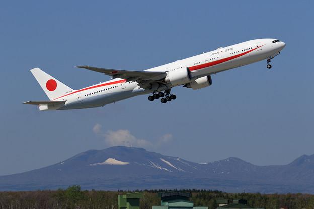Boeing 777 80-1112 takeoff (1)