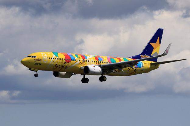 Boeing 737 Skymarkのピカチュウジェット approach