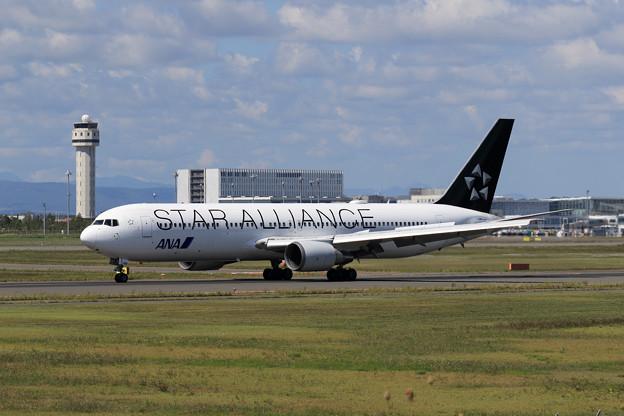 Boeing 767 ANA JA614A Rwy19L landing