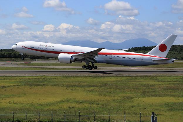 Boeing777 Cygnus11 Rwy 19L touch and go