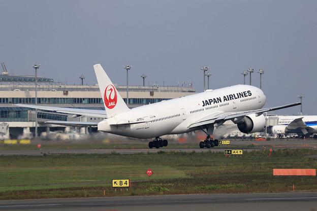 Boeing777 JAL JA701 takeoff