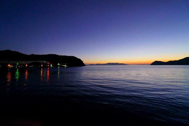 明るい西空 暗い島影