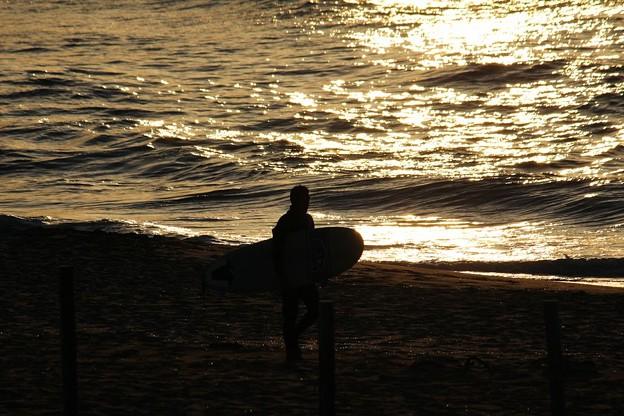 夕日ヶ浦とサーファー