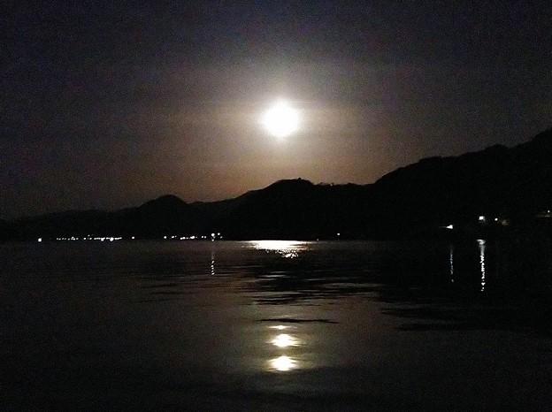 月明かりに照らされた海