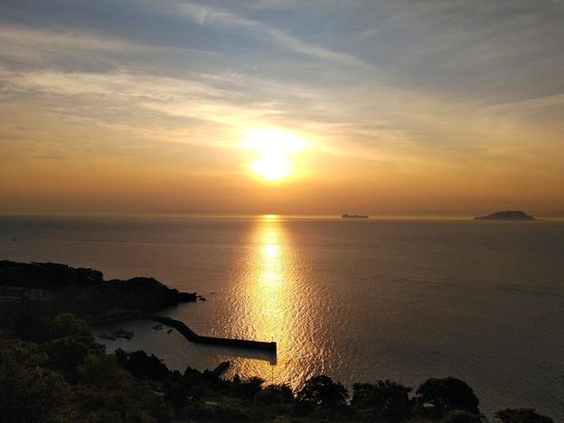 朝陽を浴びた新井崎漁港(1)