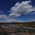 春の雲と川と山と